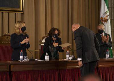 Entrega del premio por la rectora de la UGR, Pilar Aranda